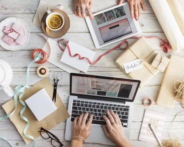 laptop i kawa - rozsądne pożyczanie pieniędzy