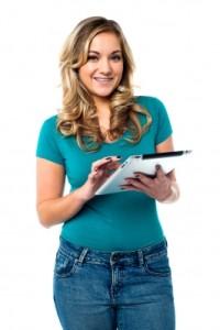 zawnioskuj o pożyczkę online - kobieta z tabletem