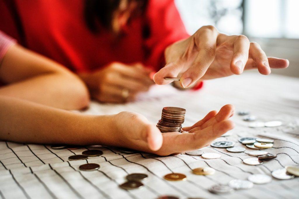 Ręka trzymająca monety